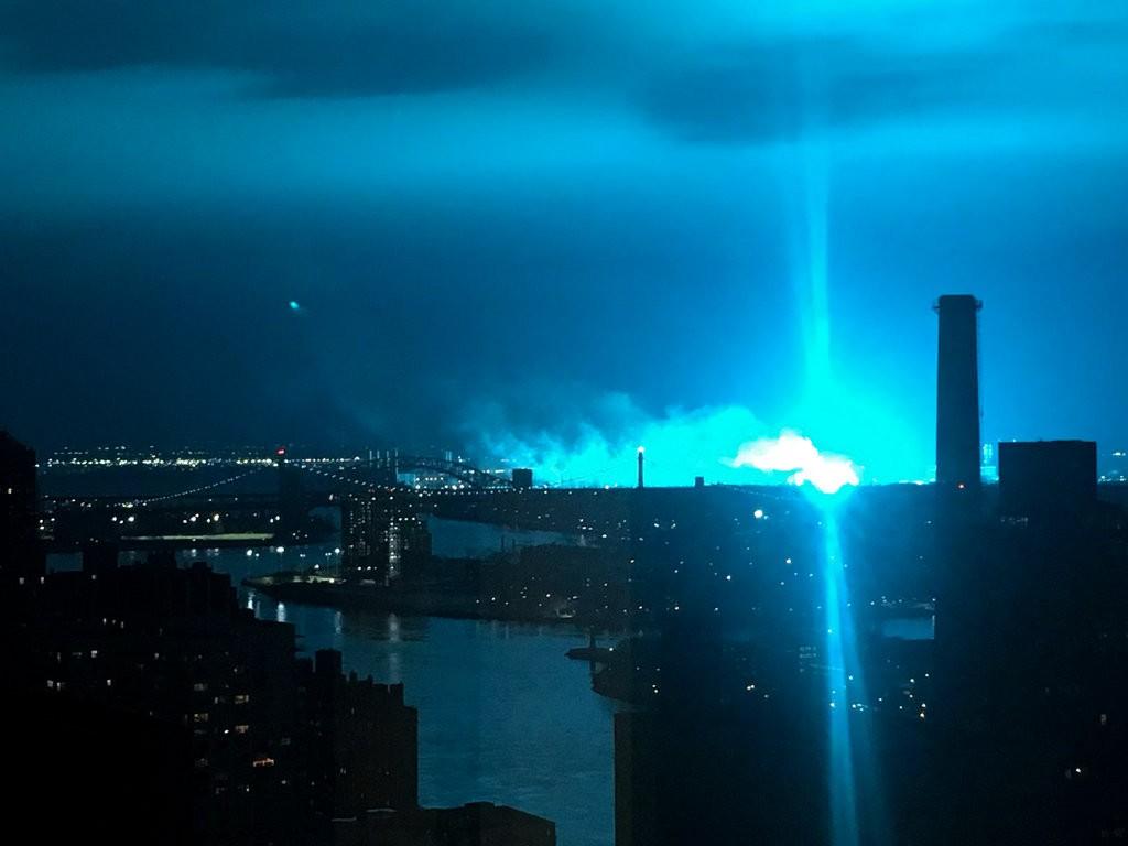 esplosione-new-york-trasformatore-coned-edison-astoria-luci-blu-cielo-CuE