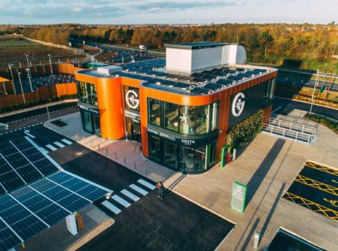 Electric forecourt, Inghilterra, stazione, rifornimento, green, ricarica, auto elettriche, elettrico, motore, benzina, diesel, combustibili fossili, energia solare, elettricità, parco solare, Energy Close-up Engineering