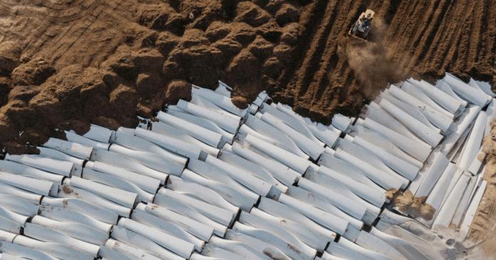 Pale dismesse vengono sepolte sotto terra, Stati Uniti.