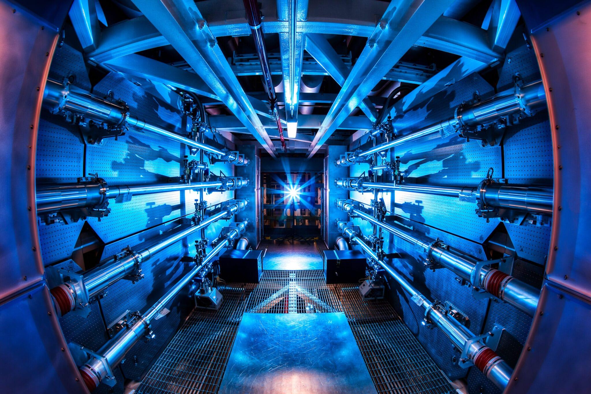 Fusione, confinamento inerziale, Lawrence Livermore National Laboratory, National Ignition Facility, record, megajoule, laser, pellet, deuterio, trizio, implosione, breakeven, reattore, ignizione, autosostentamento, gas serra, Close-up Engineering.
